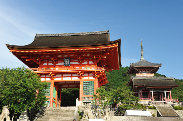 京都で1番有名なお寺ですね。年間約300万人の方が訪れます。修学旅行や家族旅行で1度は訪れた事があると思います。境内は広く、度々の災火を受けた現在の建物